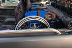Auch der Rollstuhl des älteren Herrn wurde standesgemäß transportiert